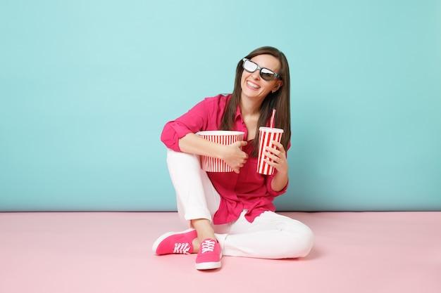 장미 셔츠에 전체 길이 초상화 재미 여자, 영화 영화를보고 바닥에 앉아 흰 바지