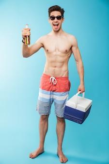 Портрет в полный рост счастливого мужчины без рубашки