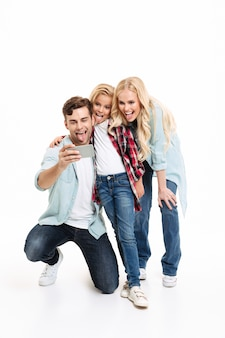 Ritratto integrale di una giovane famiglia allegra