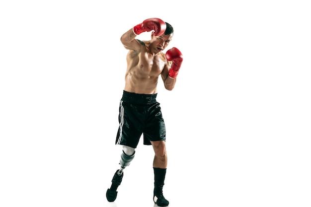 Ritratto integrale di sportivo muscolare con protesi alla gamba