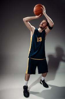 공을 농구 선수의 전체 길이 초상화