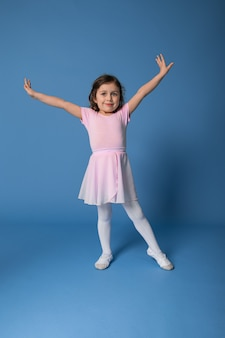 고립 된 발레 춤을 수행하는 아름 다운 아이 발레리나의 전체 길이 초상화