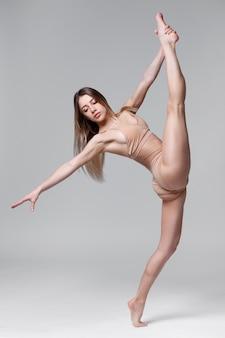 Портрет красивой женщины со спортивной фигурой в полный рост.