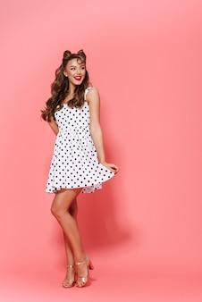 고립 된 서 드레스를 입고 아름 다운 젊은 핀-업 소녀의 전체 길이 초상화, 포즈