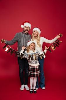 Полная длина портрет веселой красивой семьи