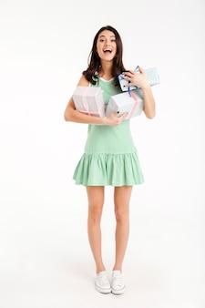 Полная длина портрет жизнерадостная девушка, одетая в платье
