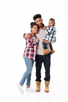 Полная длина портрет веселой молодой африканской семьи
