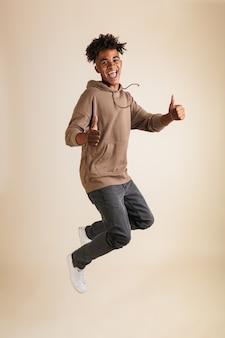 Портрет веселого молодого афроамериканца в полный рост