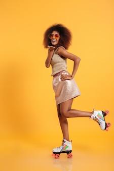 Полная длина портрет веселой афро-американской женщины