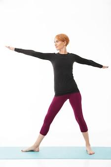 Полная длина портрет концентрированной йоги женщины