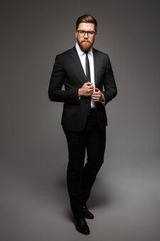 自信を持って若いビジネスマンの完全な長さの肖像画
