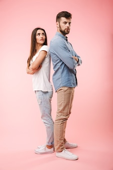 失望した若いカップルの完全な長さの肖像画