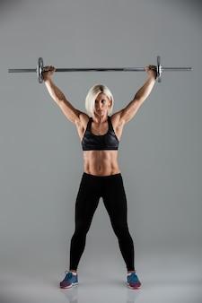 Полнометражный портрет сфокусированной мускулистой взрослой спортсменки