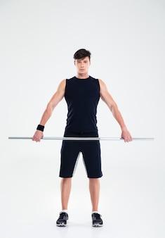 Полный портрет красивой фитнес-тренировки человека с изолированной штангой