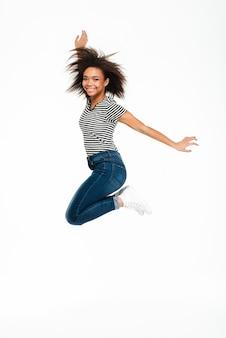 행복 평온한 아프리카 여자 점프의 전체 길이 초상화
