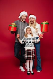 Полная длина портрет счастливой семьи с ребенком