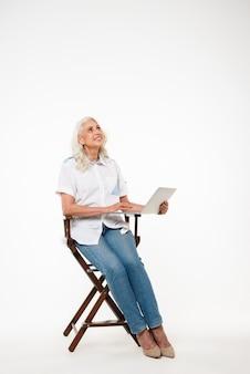 Полная длина портрет счастливой зрелой женщины