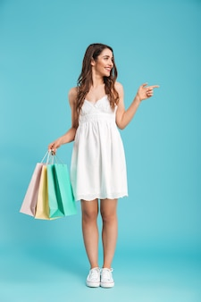 夏のドレスで幸せな女の完全な長さの肖像画