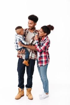 幸せな若いアフリカ家族の完全な長さの肖像画