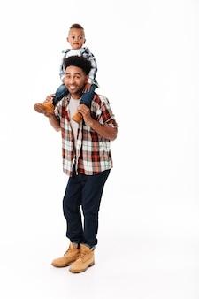 Полнометражный портрет счастливого молодого африканского человека