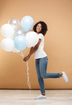 Портрет счастливой молодой африканской женщины в полный рост