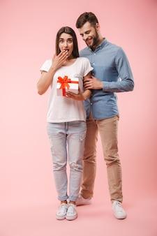 幸せな若いカップルの完全な長さの肖像画