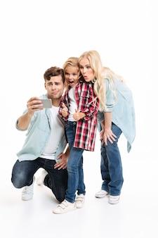 幸せな若い家族の完全な長さの肖像画