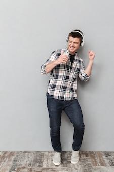 Портрет счастливого молодого человека в полный рост
