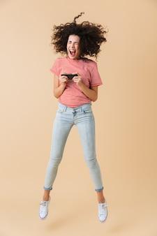 Портрет счастливой молодой женщины в полный рост