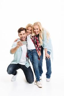 うれしそうな若い家族の完全な長さの肖像画