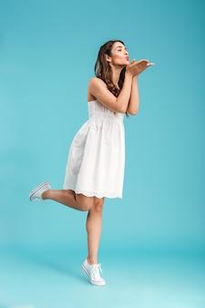 Портрет красивой молодой женщины в летнем платье в полный рост