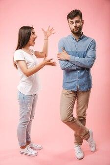 Портрет безумной молодой пары в полный рост
