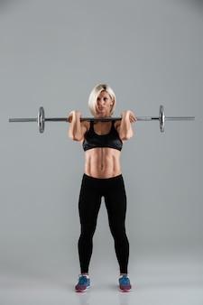 Полная длина портрет мотивированной мышечной взрослой спортсменки