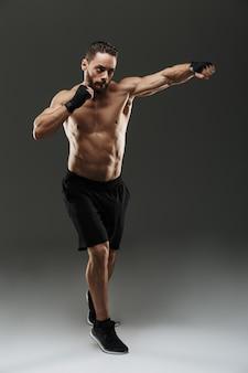 Полная длина портрет мотивированного мускулистого спортсмена