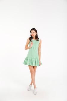 Полная длина портрет красивой девушки, одетой в платье