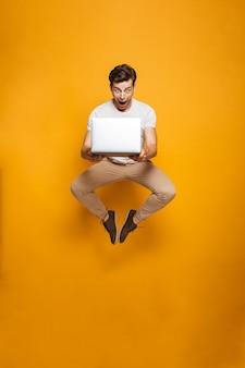 Портрет в полный рост шокированного молодого человека прыгает
