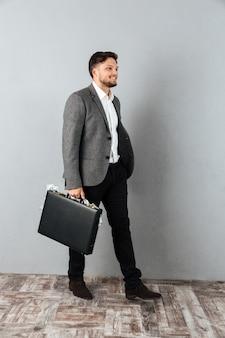 Полная длина портрет улыбающегося бизнесмена