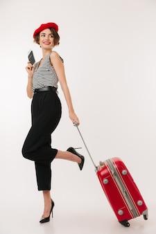 Полнометражный портрет улыбающейся женщины в красном берете