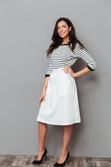 Полная длина портрет женщины, одетой в юбку