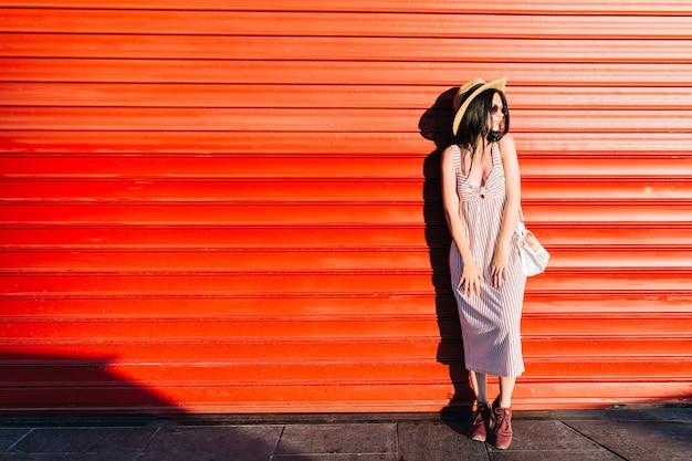 유행 모자와 야외 서 긴 드레스를 입고 사랑스러운 소녀의 전신 초상화