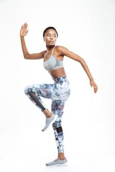 Портрет афро-американской женщины в полный рост на белом фоне