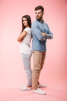 怒っている若いカップルの完全な長さの肖像画
