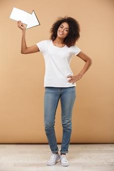 흥분된 젊은 아프리카 여자의 전체 길이 초상화
