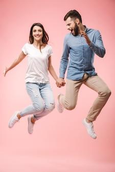 Портрет взволнованной молодой пары в полный рост
