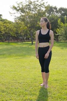 아시아 여자의 전체 길이 초상화 공원에서 운동 준비