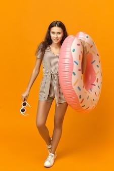 Портрет очаровательной красивой молодой женщины в полный рост со стройным телом, стройными загорелыми ногами при ходьбе