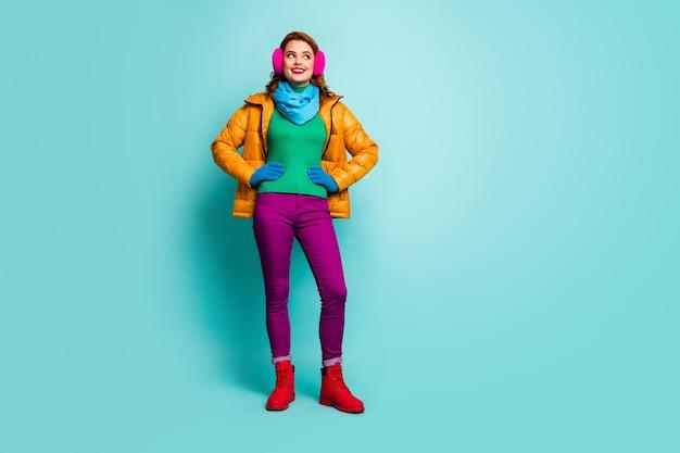 Полный портрет очаровательной милой веселой женщины с рыжими волосами выглядит copyspace мечтательный мечтательный праздник носить повседневную обувь в стиле одежды.