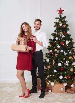 クリスマスの間に陽気なカップルの全身像