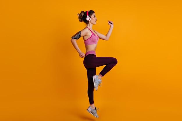 有酸素運動をしている女性モデルの全身像