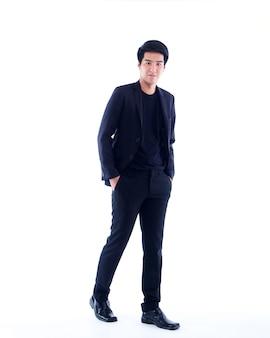 Полный портрет красивого молодого человека, позирующего на белой стене